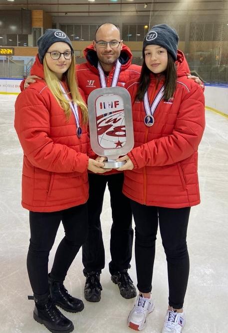 Stürmerin Pia Pfann, Trainer Tom Knoth und Goalie Nina Pfann gewannen bei der U18 WM die Silbermedaille